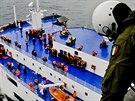 Na snímku italského námořnictva je vidět cestující i členy posádky čekající na záchranu z trajektu Norman Atlantic (28. prosince 2014).