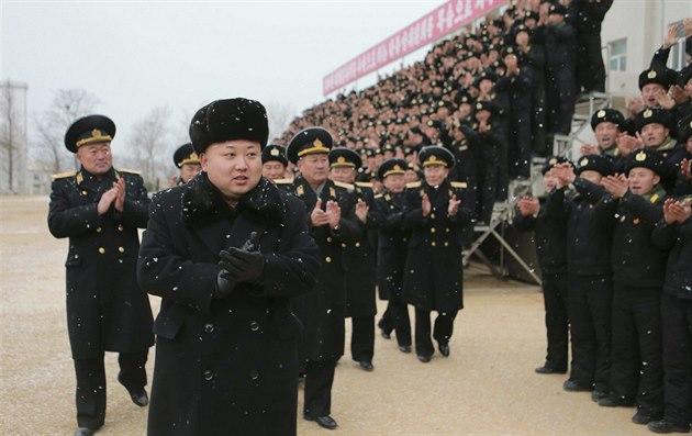 Severokorejský v�dce Kim �ong-un na inspekci námo�nictva (13. prosince 2014)