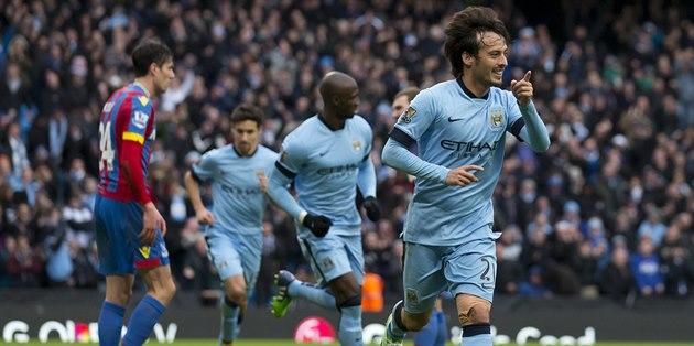 Zálo�ník Manchesteru City David Silva (vpravo) se raduje z gólu v zápase...