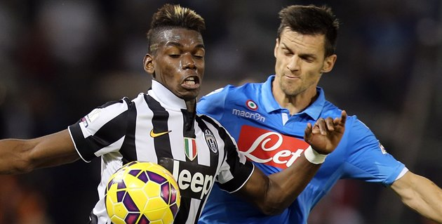 Christian Maggio (vpravo) z Neapole brání Paula Pogbu z Juventusu.