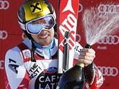 Marcel Hirscher oslavuje vít�zství v ob�ím slalomu v Alta Badii.
