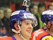 B�val� hokejista Roman Bernat, jen� p�i nehod� p�i�el o nohu, se stal �lenem �eskobud�jovick�ho klubu. Tleskalo mu v�c ne� 6 tis�c lid�.