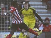 ÚVODNÍ GÓL. Sadio Mane ze Southamptonu překonává Thibauta Courtoise v bráně Chelsea.