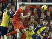 GÓL Liverpoolský stoper Martin �krtel hlavi�kuje na bránu Arsenalu.