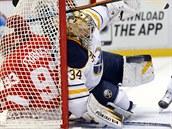 DALŠÍ ČECH V AKCI. Noční zápas NHL mezi Detroitem a Buffalem byl soubojem českých gólmanů. Za domácí chytal Petr Mrázek, za hosty Michal Neuvirth (na snímku). Buffalo prohrálo 3:6, Neuvirth měl 33 zákroků a čelil i této situaci.