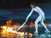 Cathy Freemanová zapaluje ve slavné bílé kombinéze olympijský ohe� na hrách v...