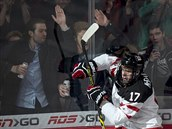 Kanadští fandové bouří, když se Connor McDavid na MS juniorů raduje z gólu.