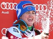 Elisabeth Görglová slaví výhru v super-G ve Val d'Isére. V tém�� 34 letech se...