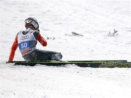 PÁD A KONEC NADĚJÍ. Jeden z favoritů Turné čtyř můstků Siman Ammann ze Švýcarska nezvládl v Oberstdorfu hned první skok.