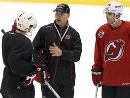 PŘI PRÁCI. Scott Stevens (uprostřed) na tréninku hokejistů New Jersey Devils s Peterem Harroldem (vlevo) a Adamem Henriquem.