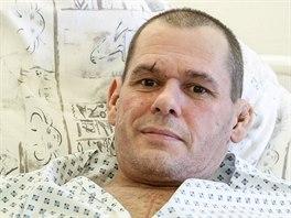 Marius Šurka má u sebe v nemocnici sošku andílka, kterou mu před lety dala sestra.