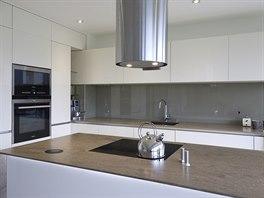 Přírodní odstíny a bílá barva - to je základní barevnost interiéru.