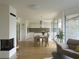 Prolamování fasády ovlivňuje tvar místností uvnitř i řešení detailů interiéru a nábytku.