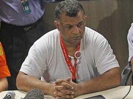Majitel nízkonákladových aerolinek AirAsia Malajsijec Tony Fernandes na tiskové konferenci po zmizení boeingu (28. prosince 2014).
