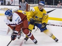 Český mladík Jakub Vrána (v červeném) se pokouší propracovat před švédskou brnaku přes Sebastiana Aha.