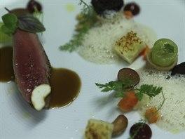 Některé fine dining pokrmy připomínají malé umělecké dílo. Na snímku speciality šéfkuchaře Pavla Pavlíka z Restaurantu Le Terroir.