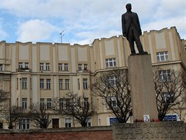 Masarykovo náměstí a další klenot hradecké architektury – Gočárova kubisticky laděná fasáda bankovního domu.