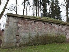 Vzpomínka na vojenskou minulost města – zbytek pevnosti v Jiráskových sadech rozložených na soutoku Labe a Orlice.