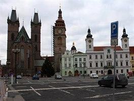 Na Velké náměstí nejsou Hradečáci příliš pyšní, neboť historický střed města slouží jako jedno velké parkoviště.