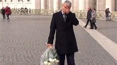 Mehmet Ali Agca se p�i pokládání kv�tin neubránil slzám (27. prosince)
