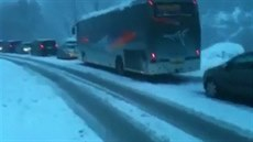 Záv�je v noci uv�znily v savojských Alpách na patnáct tisíc aut