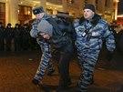 Policie zadržuje jednoho z protestujících v rámci demonstrace na Manéžním náměstí v Moskvě. (30. prosince 2014)