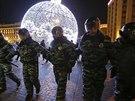 Policie tvoří zeď v rámci demonstrace na Manéžním náměstí v Moskvě. (30. prosince 2014)