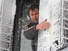 Údržbář pustevenské lanovky Pavel Prchala čístí teploměr od vrstvy sněhu. (29. prosince 2014)
