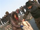 Čerstvé ryby, právě vytažené z pod ledu, si lidé mohou hned koupit.