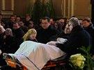 Členové rodiny na pohřbu.