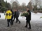 Otec zastřeleného mladíka při odchodu ze smutečního obřadu.