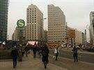 Z Leipziger Platz plynule přejdete na Potsdamer Platz - Postupimské náměstí. V minulosti jej protínala Berlínská zeď, jejíchž zbytky tu jsou do dnes. Náměstí prošlo rekonstrukcí a nyní je to skvělé místo na nákupy.