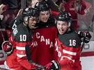 Kanadští junioři Anthony Duclair, Sam Reinhart a Max Domi (zleva) slaví gól.