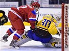Linus Söderström ze Švédska zasahuje proti ruskému juniorovi Ivanu Barbasjovovi.