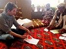 Matouš Bořkovec předává dar od českých dětí Farídulláhovi a jeho otci (Afghánistán, 30. listopadu 2014).