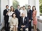 �v�dsk� kr�lovsk� rodina: Chris O�Neill, princezna Madeleine a jejich dcera Leonore, korunn� princezna Victoria, jej� man�el Daniel a jejich dcera Estelle, princ Carl Philip a Sofia Hellqvistov�, kr�lovna Silvia a kr�l Carl XVI. Gustaf