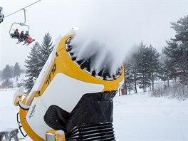 Ve Skiareálu Lipno běží sněhová děla už několik dní naplno.