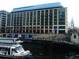 Přes řeku za Berlínskou katedrálou stojí DDR Museum a za ním AquaDome & Sealife Berlin.