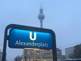 Na Alexanderplatz se dostanete pohodlně metrem, vlakem, tramvají i autobusem. Na Alexu, jak náměstí říkají místní, můžete nakupovat v několika velkých obchodních domech.