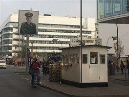 Z nákupů na Friedrichstrasse se projděte až ke kontrolnímu bodu Charlie. Ten rozděloval východní část města se západní.
