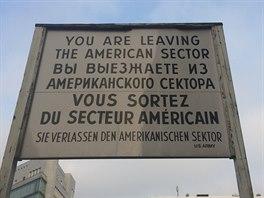 """""""Opouštíte americký sektor"""" hlásá cedule, která je nedílnou součástí Checkpointu Charlie."""
